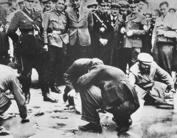 Oostenrijkse nazi's dwingen Joden in Wenen de straat te poetsen