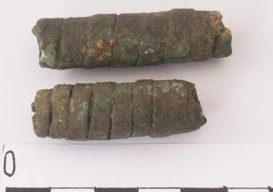 Twee koperen kokertjes uit D28 (Drents Museum, Assen)