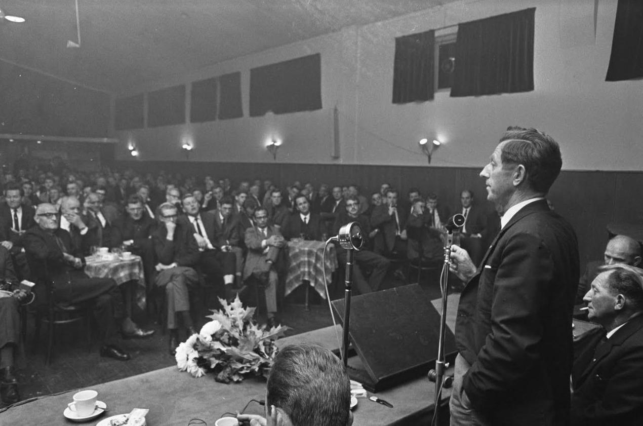 Koekoek spreekt een vergadering van de Boerenpartij toe, 1966