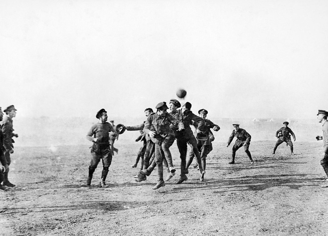 Voetballende Britse militairen in Griekenland tijdens de Eerste Wereldoorlog