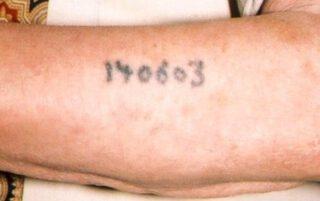 Getatoeëerd nummer op de arm van een gevangene in Auschwitz