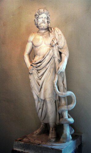 Standbeeld va Asclepius (met esculaap) in een museum in Epidaurus