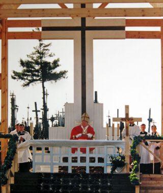Paus Johannes Paulus II bij de 'Heuvel der Kruisen' in 1993