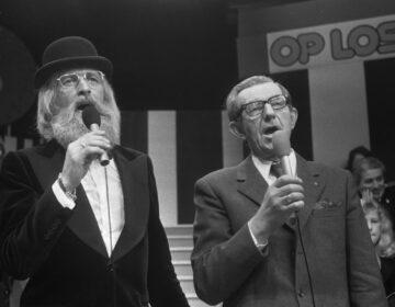 Boer Koekoek en Vader Abraham zingen 'Den Uyl zat in de olie', 1974