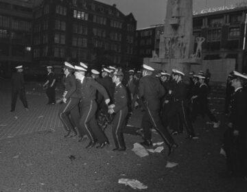 Mariniers vegen de Dam schoon