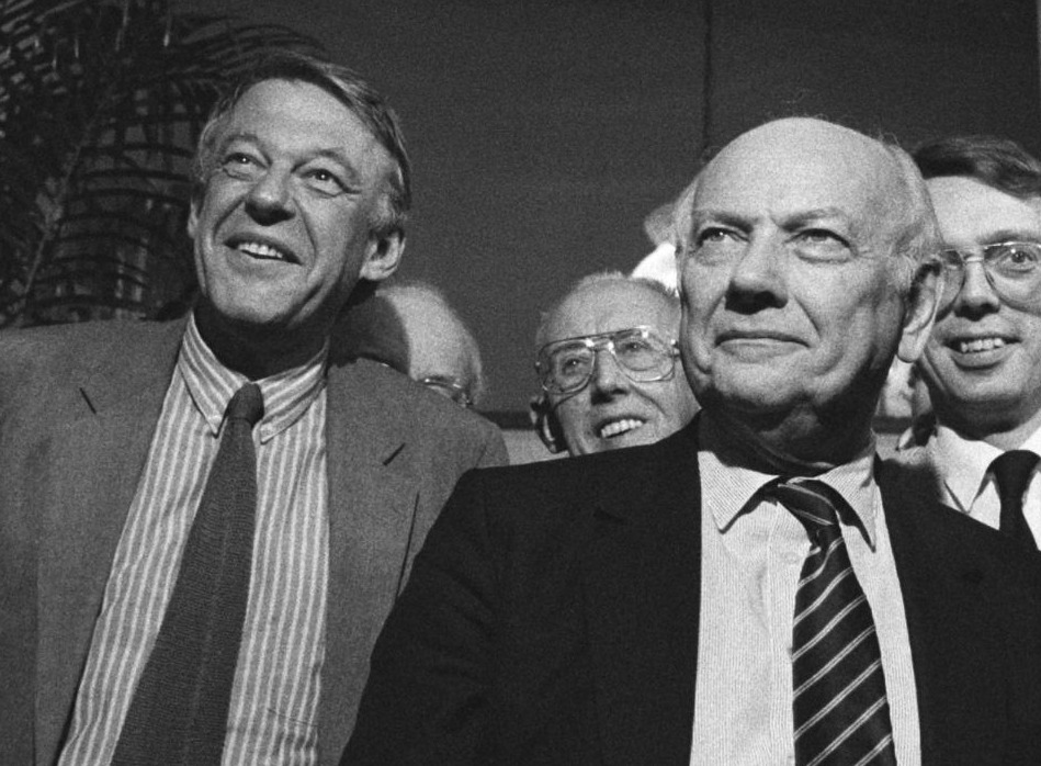 Hans van Mierlo en Joop den Uyl tijdens het 40-jarig jubileum van het Humanistisch Verbond, maart 1986