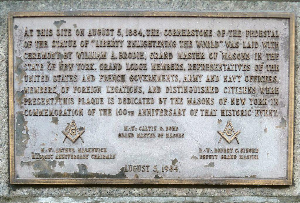 Cornerstone van het Vrijheidsbeeld met verwijzing naar de Vrijmetselarij
