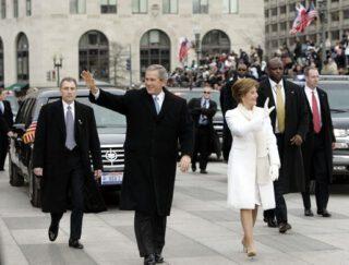 George W. Bush met zijn vrouw Laura tijdens de parade naar het Witte Huis