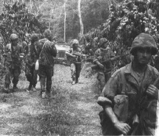 Portugese militairen in de jungle van Angola, jaren 1960