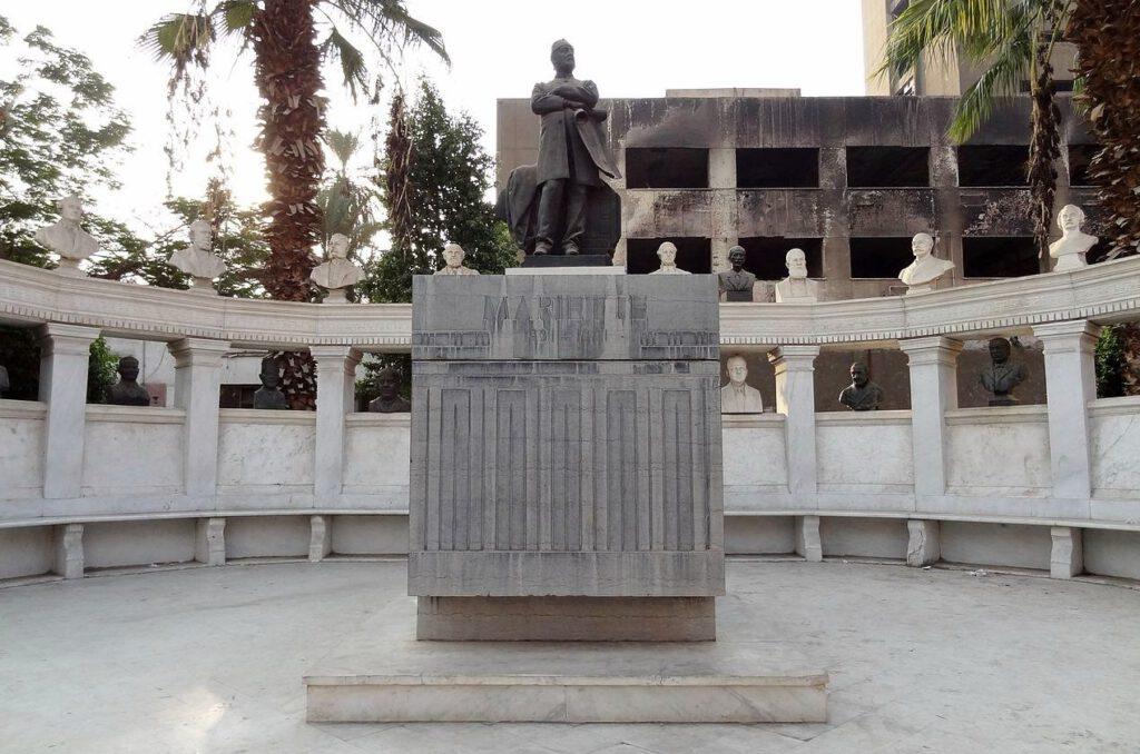 Sarcofaag en monument van Mariette en op het Tahrir-plein te Caïro, Egypte.