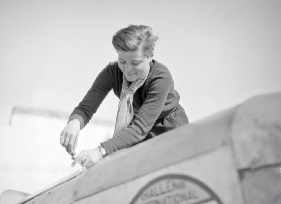 Elly Beinhorn werkt aan een vliegtuig, 1930