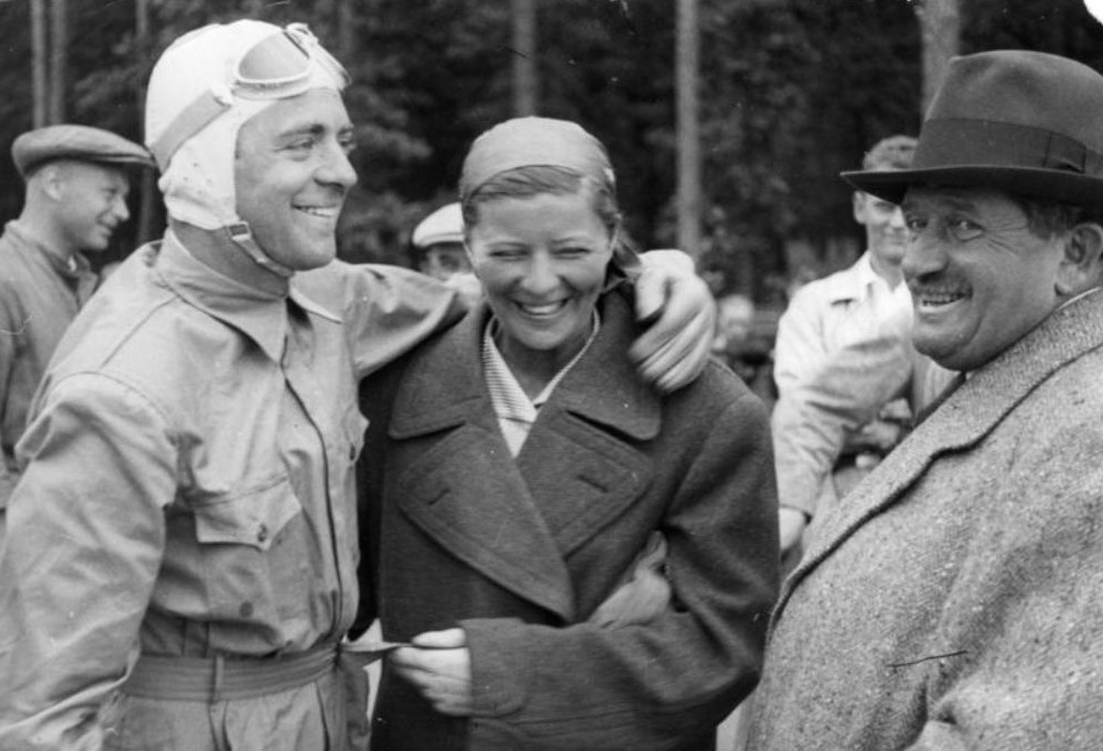 Van links naar rechts: Bernd Rosemeyer, Elly Beinhorn en Ferdinand Porsche