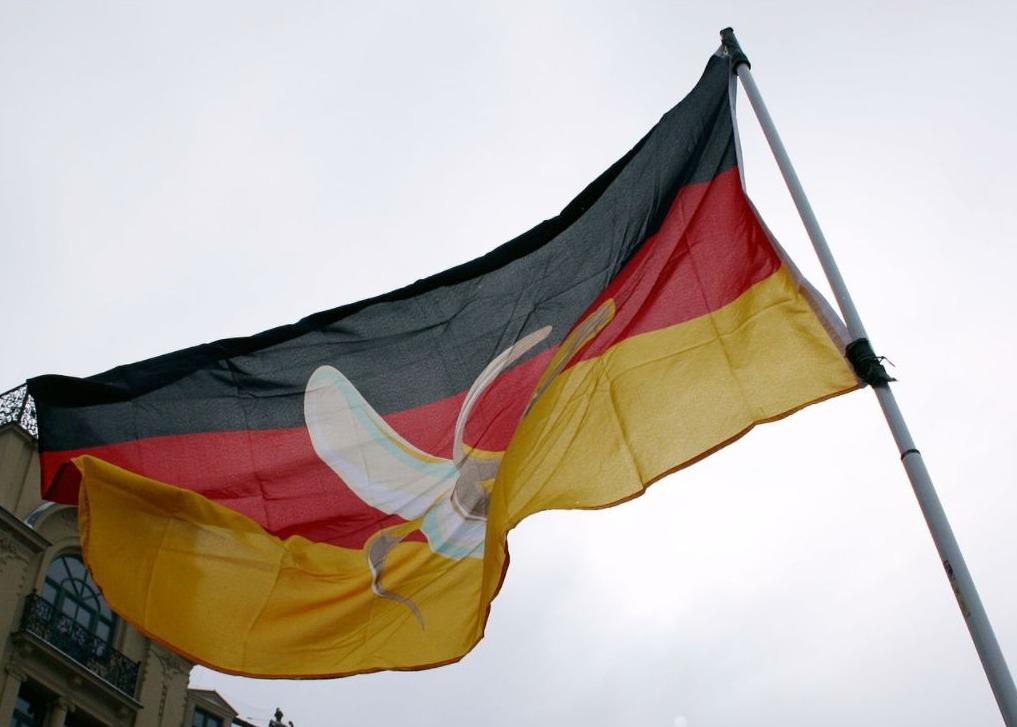 Vlag van een demonstrant met een banaan in de Duitse vlag
