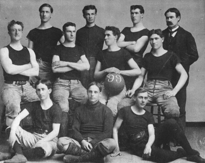 Basketbal-team van de universiteit van Kansas, met James Naismith rechtsachter, 1899