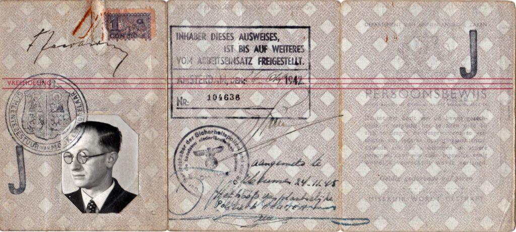 """Persoonsbewijs Fritz Jacobsohn met de stempel """"...  tot nader order vrijgesteld van de werkplicht"""""""