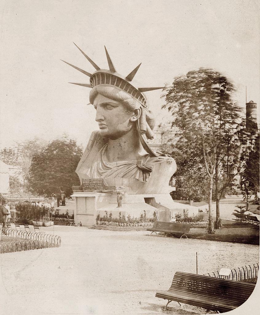 Pierre Petit, Le buste de la Statue de la Liberté sur le Champ-de-Mars, Parijs, 1878.