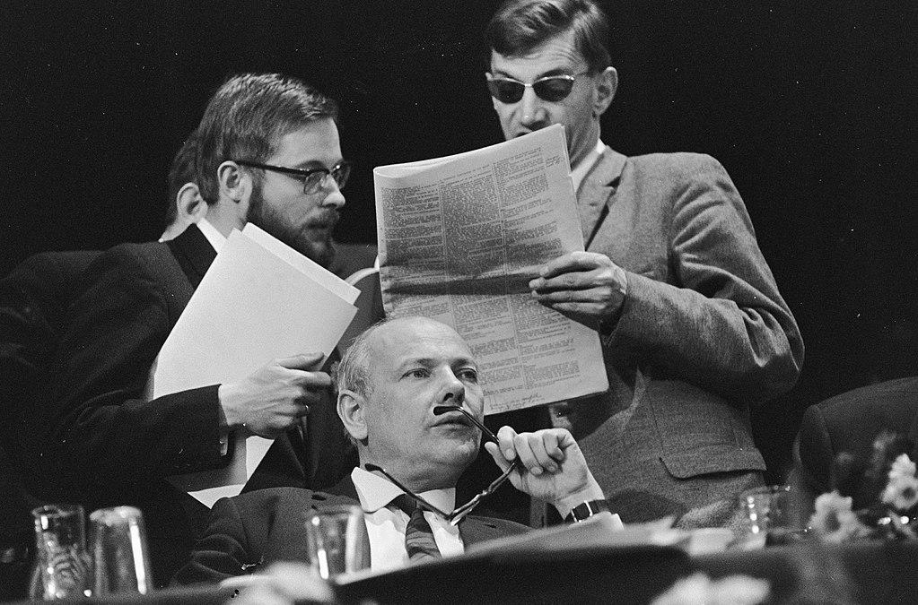 Joop den Uyl (onder) tijdens een Pvda-congres in 1967. Achter hem Nieuwlinkser Hans van den Doel (l) en drs. A. Veerman