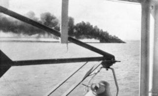 De zinkende USS Peary, 19 februari 1942