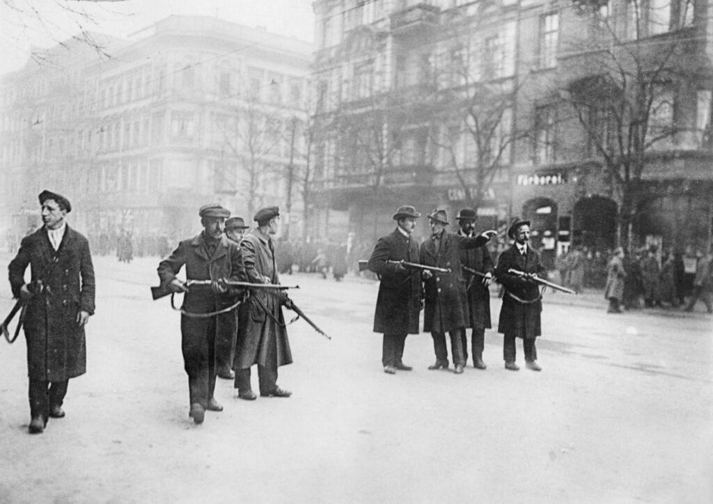 Een groepje Spartakisten bezet een straat in Berlijn, 1919
