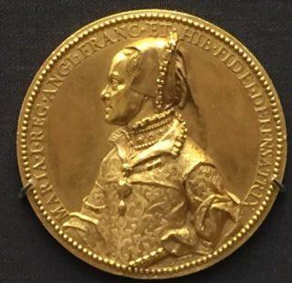Gouden munt waarop Mary gepresenteerd wordt als 'Defender of the Faith', 1555