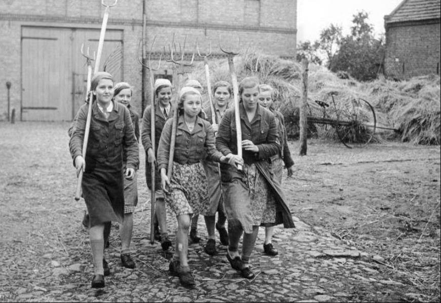 """Leden van de """"Bund Deutscher Mädel"""" in Berlijn gaan op pad om te hooien, 1939"""