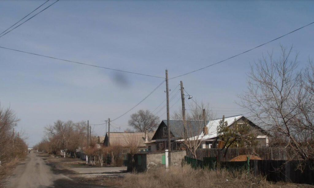 Straat in Dolinka. Een aantal oudere inwoners hebben de Karlag nog gekend, of waren er zelfs werkzaam. Buiten het dorp, op een voormalige kamplocatie, staat nog een gevangenis voor veroordeelden van gemeen recht. (©Bruno De Cordier)