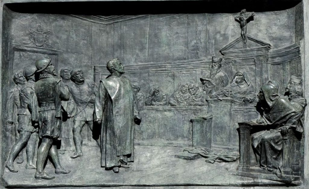 Giordano Bruno voor de inquisitie - Bronzen relief van Ettore Ferrari, Campo de' Fiori, Rome.