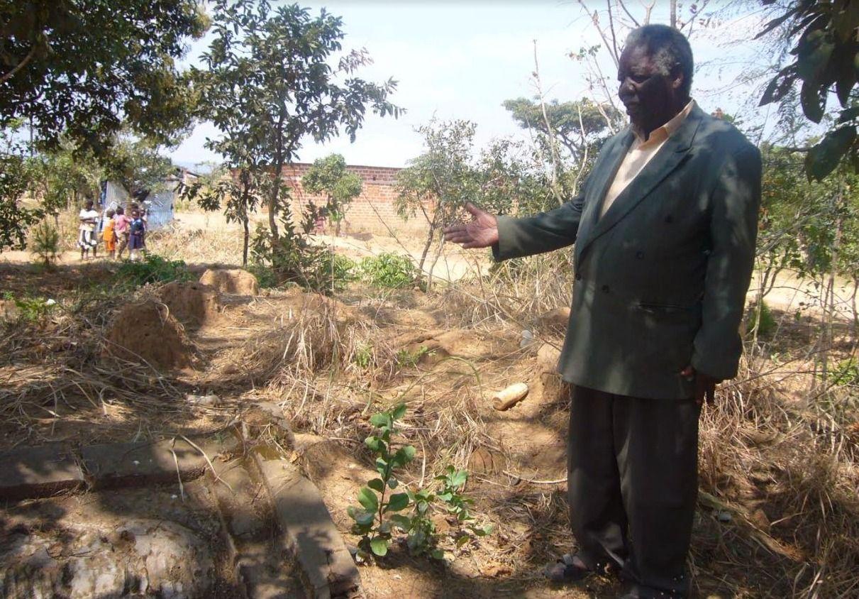Een man uit Mbala toont het Poolse graf dat buiten het dorp ligt.
