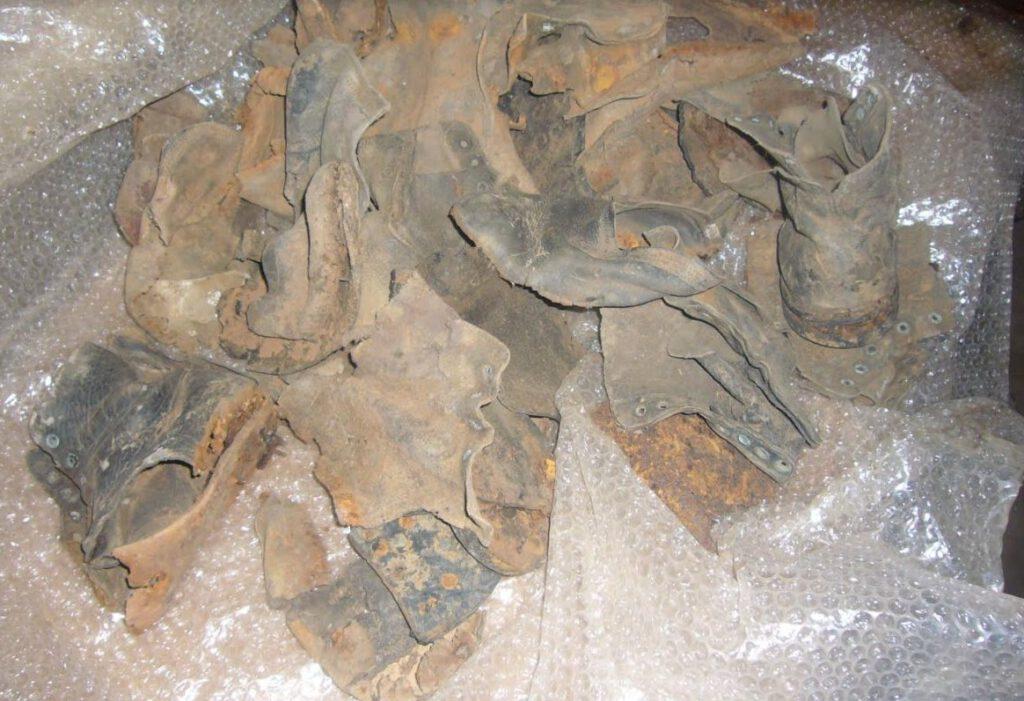 Resten van schoenen uit het Poolse kamp in Mbala.