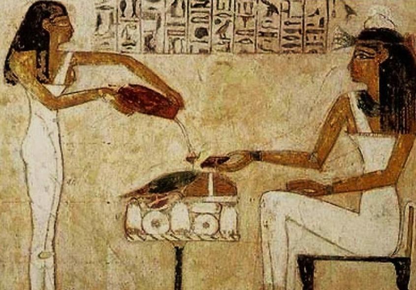 Egyptische hiëroglyfen met vrouwen die bier schenken