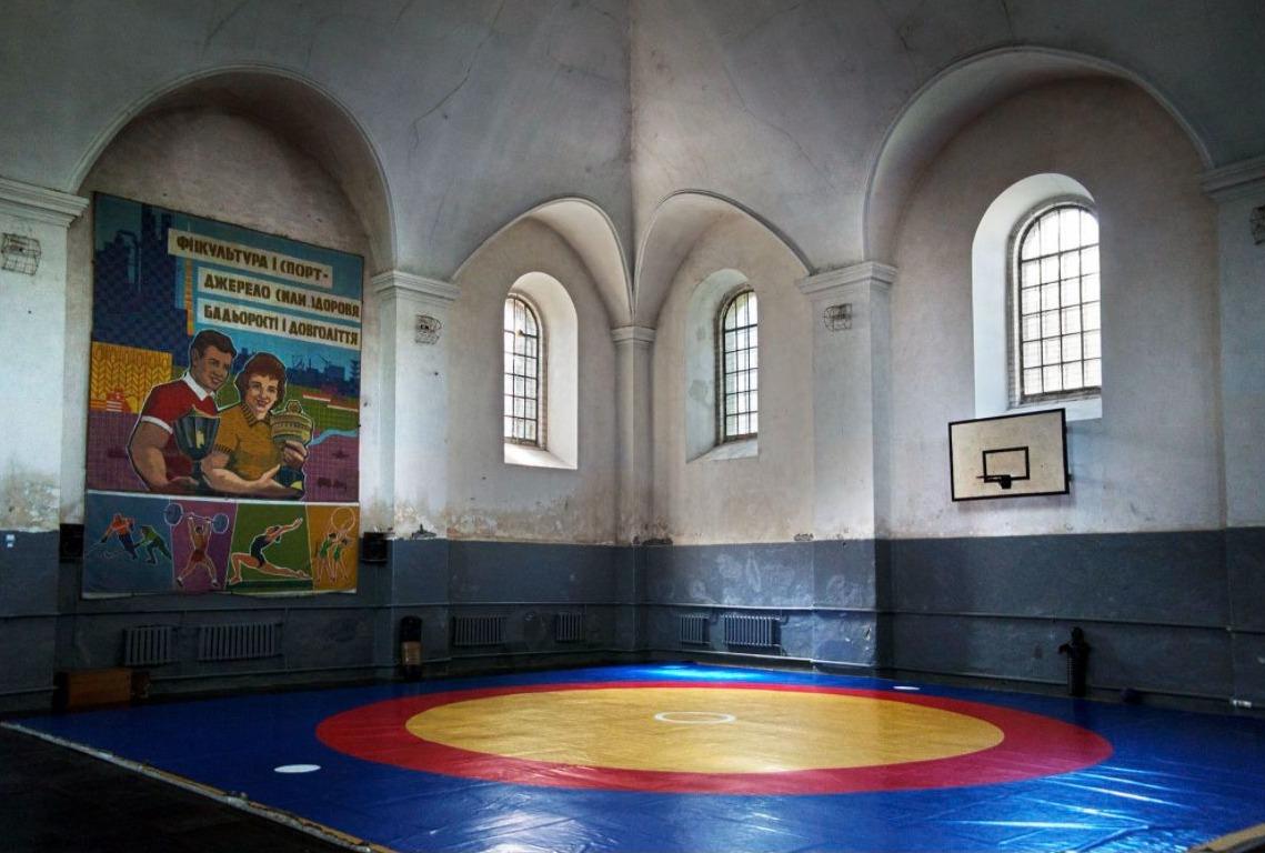 Horodenka, Galicië, Oekraïne, 2015. Voormalige grote synagoge, tegenwoordig een sporthal. Bron: Christian Hermann.