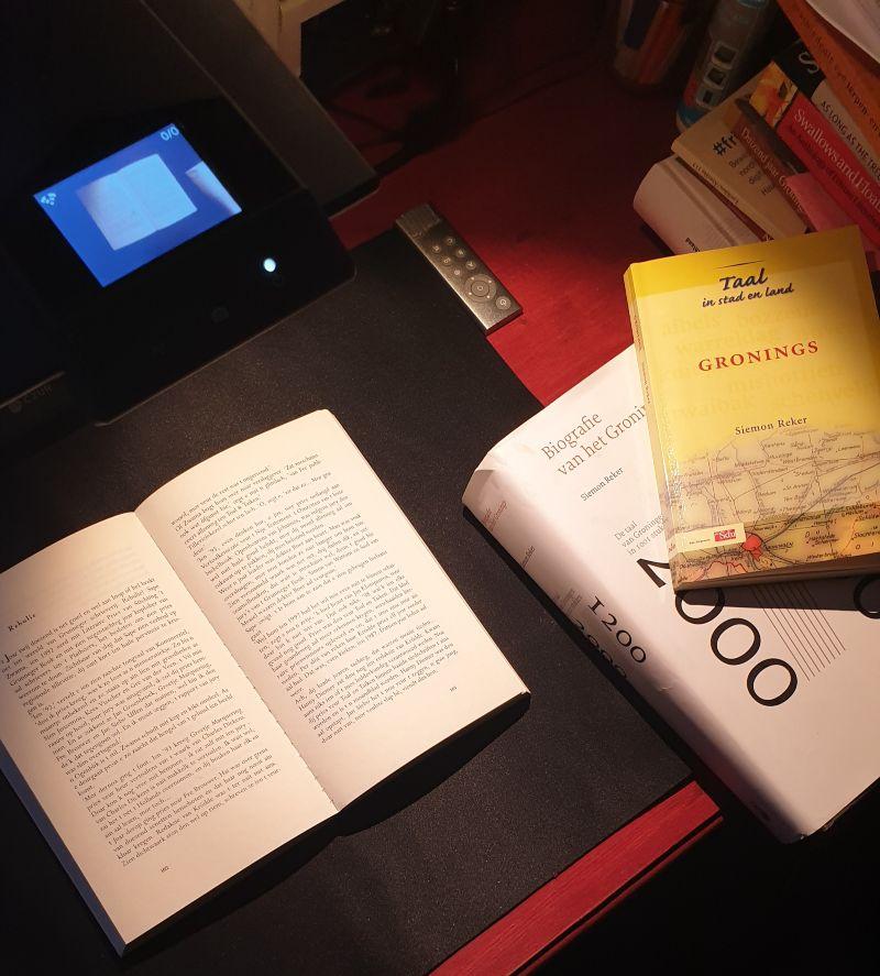 Scan- en studie-opstelling voor het digitaliseren van boeken in het Gronings: (© Centrum voor Groninger Taal en Cultuur)