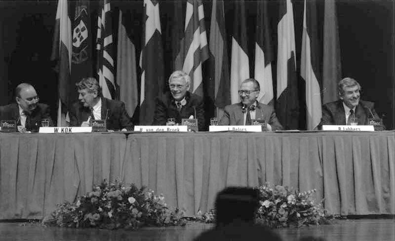 Persconferentie na het Verdrag van Maastricht. Wim Kok, Hans van den Broek, Jacques Delors en Ruud Lubbers