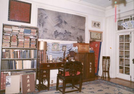 De werkkamer van dr R.H. van Gulik in de residentie van de Nederlandse ambassade in Tokio in 1967. Geheel links op het bureau staan de twee delen van Du Halde's Description of the empire of China.