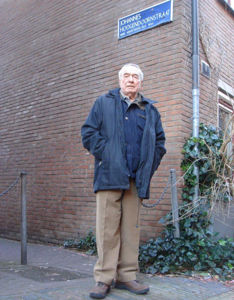 Ad Hoogendoorn in het naar zijn vader genoemde straatje in Haarlem. Privécollectie