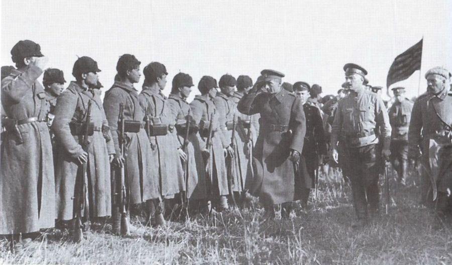 Alexandr Koltsjak, leider van het Witte Leger, tijdens een troepeninspectie