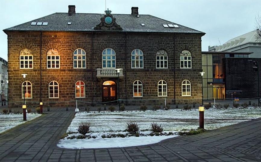 Het Althingishusid, het huidige parlementsgebouw van IJsland, in Reykjavik