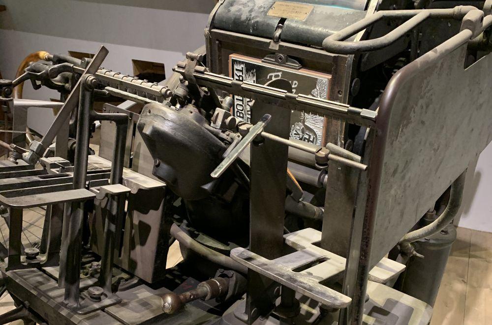 Deze pers waarop de verzetsaffiches werden gedukt staat nu in het oorlogsmuseum in Overloon. Foto Jan de Roos