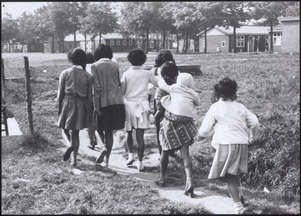 Groepje meisjes bij Kamp Schattenberg, 1958, fotograaf onbekend, collectie Drents Museum