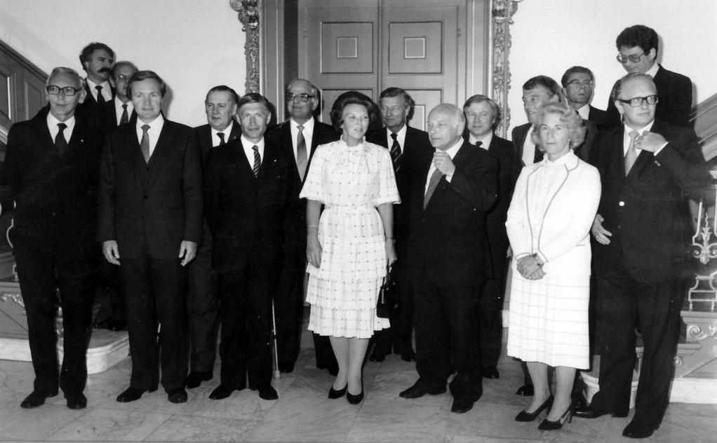 De ministers van het kabinet-Van Agt II en in het midden koningin Beatrix na de beëdiging op Huis ten Bosch op 11 september 1981