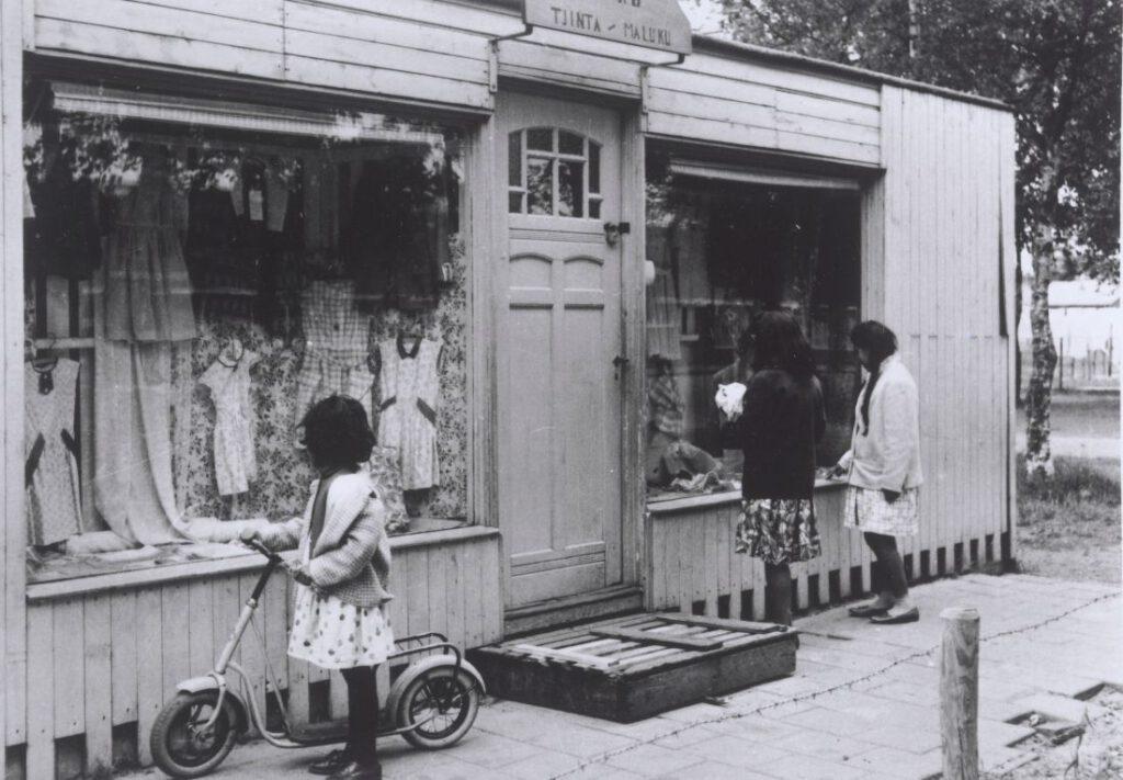 Kledingwinkel Toko Tjinta Maluku in Kamp Schattenberg, 1962, door Fotobedrijf Piet Boonstra (Groningen), © Groninger Archieven
