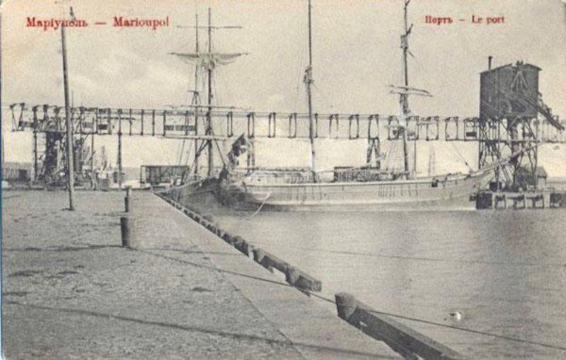 Kaai en elektrische laadbrug in de haven van Marioepol aan de Zee van Azov.
