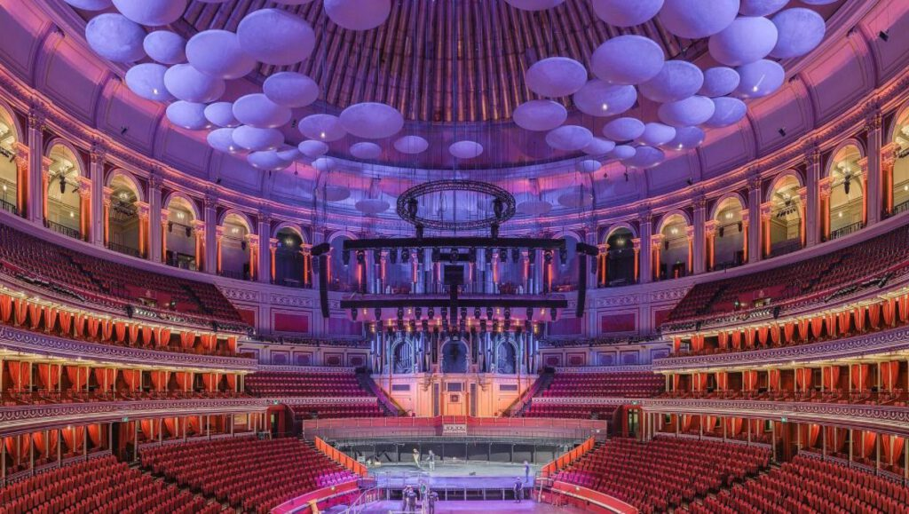 Interieur van de Royal Albert Hall, met aan de achterzijde het huidige orgel