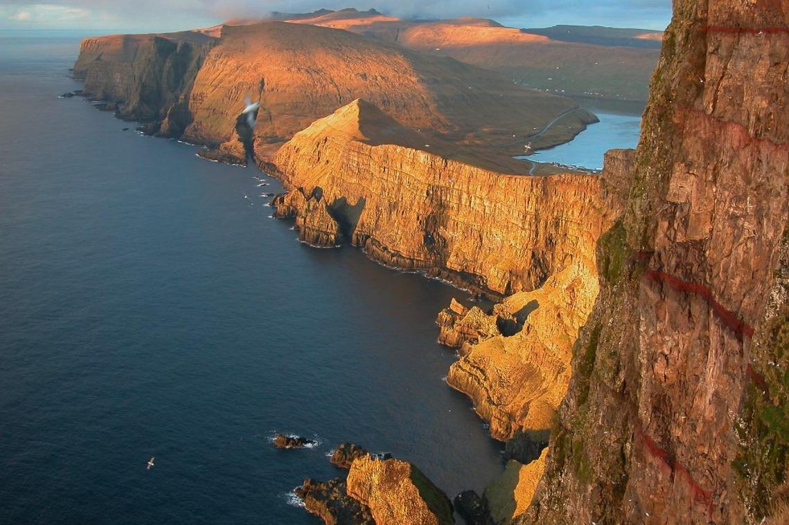 Suðuroy. Het VOC-schip strandde dichtbij de  'piramideberg'
