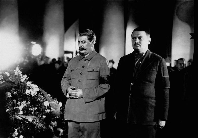 Zjdanov (r.) en Stalin