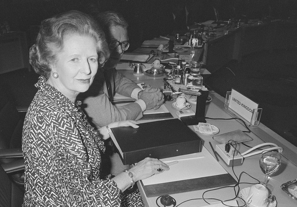 Margaret Thatcher met achter zich Geoffrey Howe tijdens een EEG-top in Den Haag, 1986