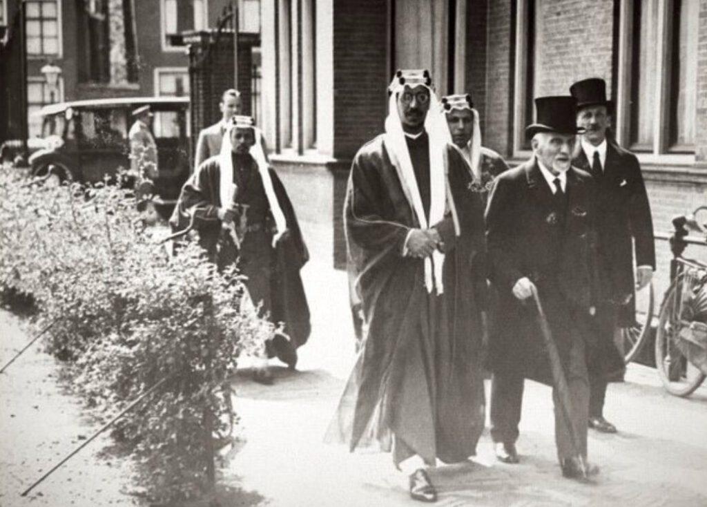 Christiaan Snouck Hurgronje (r) loopt met prins Saoed de Leidse universiteitsbibliotheek binnen (1936)