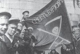 Kronstadtse rebellen. Matrozen van de Petropavlosk met een anarchistische vlag