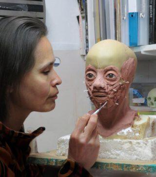 Specialist Maja d'Holossy reconstrueert het gezicht van de jongen