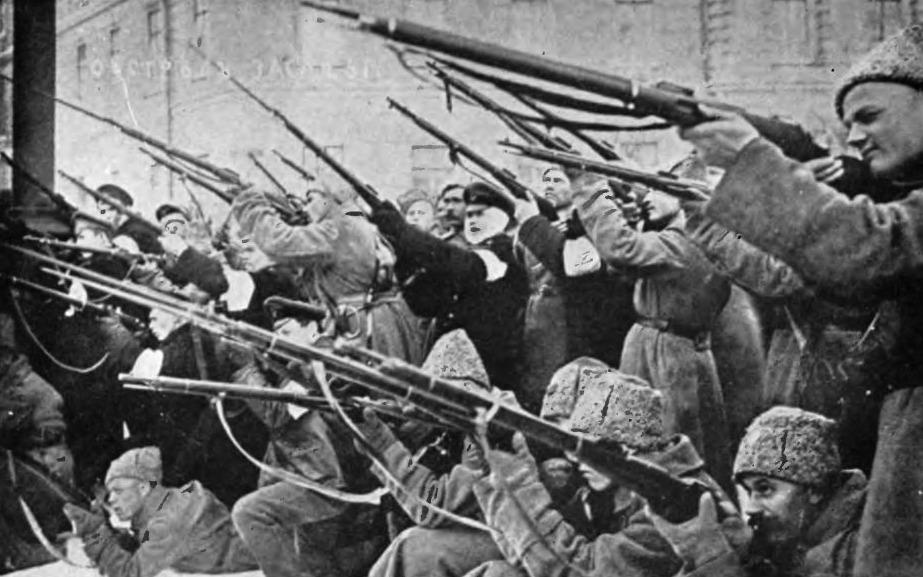 Muiters vallen de politie aan gedurende de Februarirevolutie.